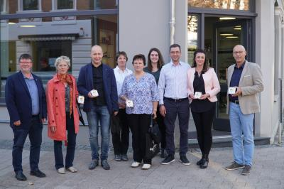Foto zur Meldung: Investoren für gelungene Stadtsanierung mit Plakette geehrt