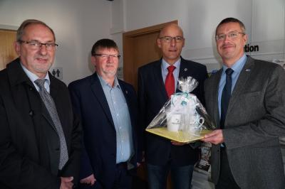 Foto zur Meldung: Bürgermeister gratuliert René Georgius zur Amtseinführung als neuer Leiter des IHK-Regionalcenters Prignitz