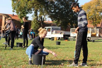 Vorschaubild zur Meldung: Schüler unterstützen beim Stecken von Blumenzwiebeln