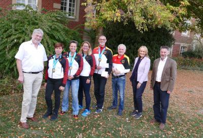Foto zur Meldung: Ehrung für erfolgreiche Drachenbootsportlerinnen und -sportler im Rathaus