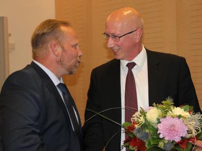 Kai Hamacher, Vorsitzender der BfZ-Fraktion (links), gratuliert Uwe Koch zu seiner Wahl