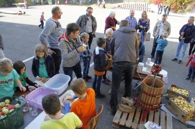 Foto zur Meldung: Röslauer Grundschule feiert Apfelfest