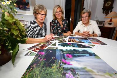 Helga Steinert, Britta Scharffenberg und Brigitte Schulze bei der Arbeit am Kalender.
