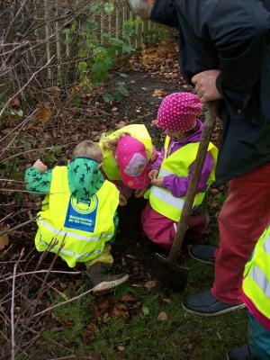 Foto zur Meldung: Kinder helfen beim pflanzen