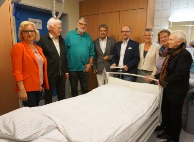 Die Mitglieder des Fördervereins und die Krankenhausleitung sowie die Wirschaftsleiterin testen die Funktionsweise des neuen Intensivbetts.