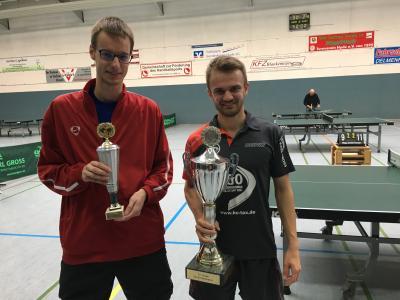 Tobias und Jonas mit ihren Pokalen.