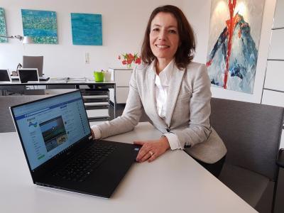 Online ist die Bürgermeisterin am Donnerstag, 8. November, von 18 bis 20 Uhr erreichbar auf www.facebook.com/Maintal.de. Das Bild zeigt die Bürgermeisterin am Laptop sitzend.