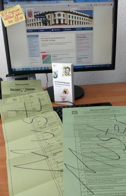 """Bürgermeisterin und """"Team Wahlen"""" danken allen Wahlhelfer*innen! (Das Bild zeigt Stimmzettel und eine Informationsseite.)"""