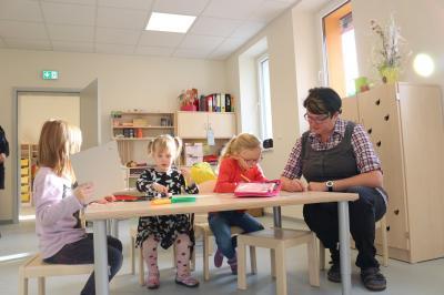"""Birgit Winkler (re.) leitet die neue Kita """"Calauer Spielträume"""". Hier können bis zu 43 Kinder im Alter von 0 bis 6 Jahren betreut werden. Foto: Stadt Calau"""