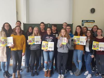 Die Schülerinnen und Schüler der Klasse 10b mit ihren Lektüren