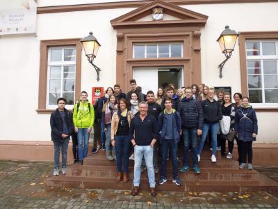 Foto zur Meldung: Autor Arno Strobel empfing Puricelli-Schüler zu einer packenden Lesung in der Bücherei zum Neuen Schloss in Simmern