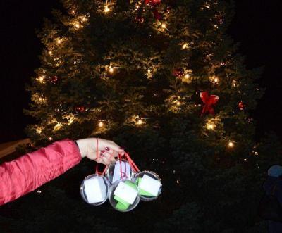 An der Weihnachtstanne werden Kugeln mit Wünschen hängen, die die Wunschkugel-Pflücker für Kinder und Erwachsene in Not erfüllen können.