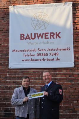 Firmeninhaber Sven Jastschemski und Thomas Stibbe, stellvertretender Gruppenführer der Ortsfeuerwehr Ahmstorf