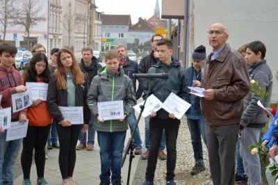 Bernd Gerhardt, stellv. Vorsitzender der Stadtverordnetenversammlung, mit Schülern und Schülerinnen der Oberschule Wittenberge