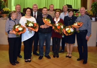 """Gruppenbild mit den Bürgermeister/innen nach der Eintragung der Ausgezeichneten in das """"Goldene Buch des Amtes Altdöbern"""" (Foto: Uwe Hegewald)"""