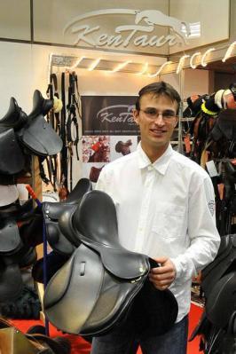 Roman Bravenec von Kentaur berät fachkundig in Neustadt rund um das Produktprogramm des bekannten Reitsportausrüsters. Foto: © Schroeder