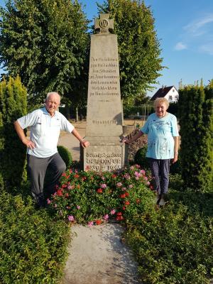 Foto zur Meldung: Ehrenamtliche Pflege des Danndorfer Ehrenmals - Seit 19 Jahren pflegen Familie Gustav und Ingrid Schulz das Ehrenmal