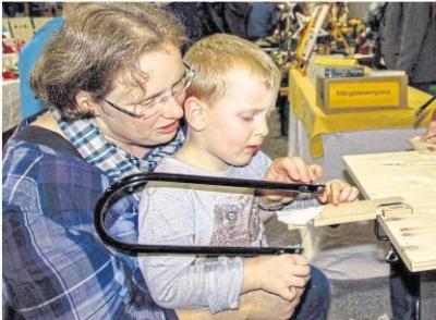 Unter Anleitung konnten sich die kleinen Besucher der Hobbykunstausstellung an der Arbeit mit der Laubsäge ausprobieren. Foto: Rolf Kahl