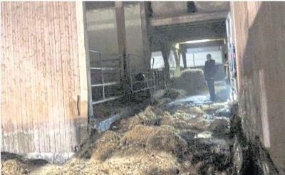 Foto zur Meldung: Brandursache noch unbekannt: Strohballen brennen in Oberneisen