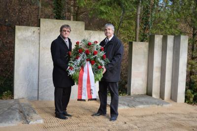 Karsten Korup (r.) und Gotthard Poorten, stellvertretender Bürgermeister, bei der Kranzniederlegung am Mahnmal für die Opfer von Krieg und Gewalt. I Foto: Martin Ferch