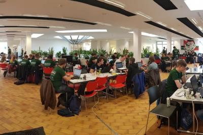 Die jungen Informatiker beim Programmieren