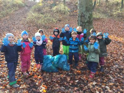 Kinder der Kindertagesstätte Märchenland räumen den Stadtpark auf I Foto: Anja Hoffmeister
