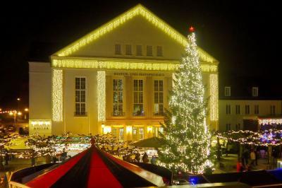 Weihnachtlich geschmücktes Kulturhaus I Foto: Gerhard Baack