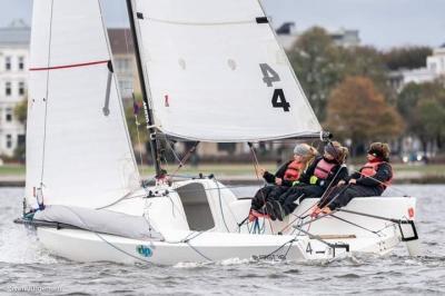 Theres Dahnke, Johanna Meier und Birte Winkler auf der Außen-Alster segeln den Deutschen Meistern aller Klassen davon