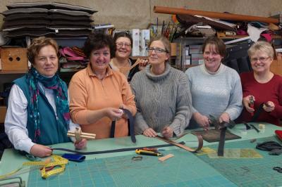 Foto zur Meldung: Mitglieder unseres Frauenbundes fertigen Ledergürtel
