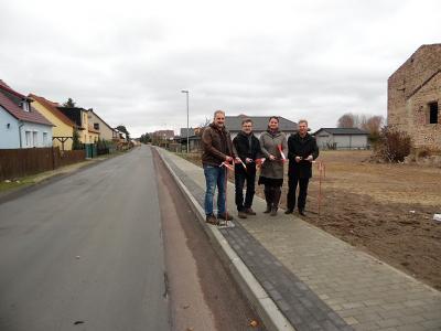 Foto: Herr Hoffmann (Gemeindeverwaltung), Herr Hennig (Baufirma), Frau Schieke (Bauüberwachung), Herr Brückner (Bürgermeister) (v.l.n.r.)