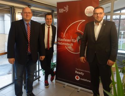 v.r.n.l.: Graslebens Samtgemeindebürgermeister Gero Janze, Michael George (Vodafone) und Thomas Koluszniewski (Referat Breitband Landkreis Helmstedt) freuen sich über die erreichte Quote für den Glasfaserausbau im Bereich der Samtgemeinden Velpke und Grasleben.