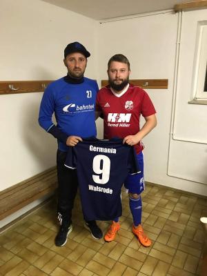 Trainer Gerrit Strehl mit Neuzugang Rene Sokolowski vom SV Munster freut sich über die erste Verpflichtung für die Rückrunde in der Winterpausse