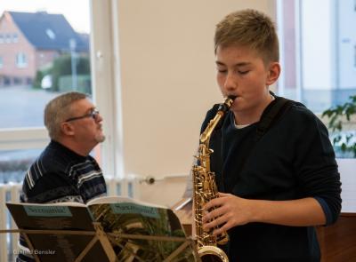 Til Menzel mit seinem Lehrer Nikolai Kern. Foto: Gerlind Bensler