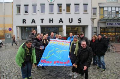 """Vorschaubild zur Meldung: """"Frei leben. Nein zu Gewalt an Frauen"""". Fahnehissen auch am Fürstenwalder Rathaus"""
