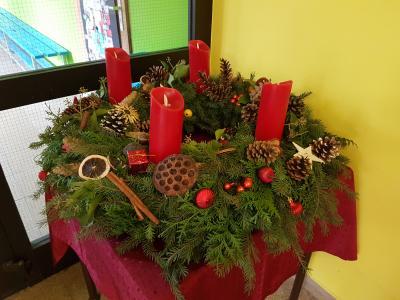 Vorschaubild zur Meldung: Wir gestalten unser Schulhaus für den Advent