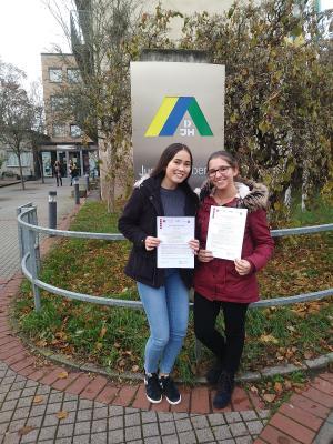Alina Stein (links) und Judith Wöll (rechts) beim Jugendfachseminar in Wiesbaden