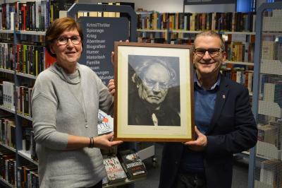 Foto: Karl-Heinz Kaiser überreicht die Fotografie von Martin Andersen Nexö an Susanne Benesch I Foto: Martin Ferch