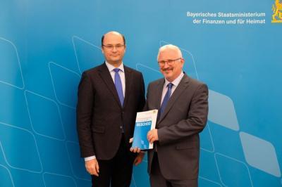 Foto zu Meldung: Übergabe des Bescheids für Stabilisierungshilfe an 1. Bürgermeister Hans-Walter Hofmann