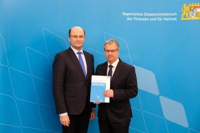 Foto zur Meldung: Übergabe des Bescheids für Stabilisierungshilfe an 1. Bürgermeister Martin Dannhäußer