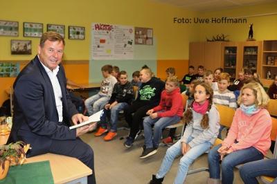 Foto zur Meldung: Lesestunde mit einem Minister
