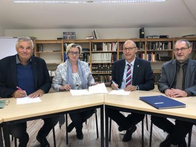 Unterzeichneten den Kooperationsvertrag für die Landfrauen Pritzwalk und Umgebung (v.l.): Dr. Wolfgang Simon, Kathrin Maaß, Dr. Ronald Thiel und Dietmar Sachs. Foto: Andreas König/Stadt Pritzwalk