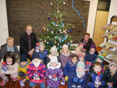Foto zu Meldung: Der Weihnachtsbaum im Rathaus strahlt!