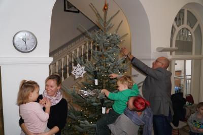 """Schmückten voller Eifer den Baum: Kinder aus der Gruppe 4 der Pritzwalker Kita """"Tausendfüßler"""". Foto: Andreas König/Stadt Pritzwalk"""