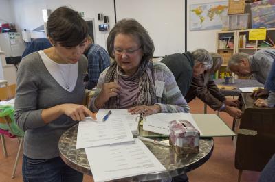 Rosemarie Olbrich (rechts im Bild) sorgt für eine freundliche Begrüßung im Reparatur-Café. Links zu sehen ist Olivia Metzendorf, die Leiterin Fachdienst Maintal Aktiv – Freiwilligenagentur. Foto: Jürgen Eibich