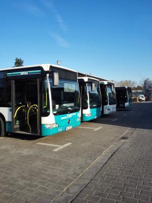 Wegen dem in Hochstadt stattfindenden Weihnachtsmarkt kommt es am zweiten Adventswochenende zu Verlegungen von Bushaltestellen im öffentlichen Nahverkehr. Foto: Stadtbusverkehr Maintal