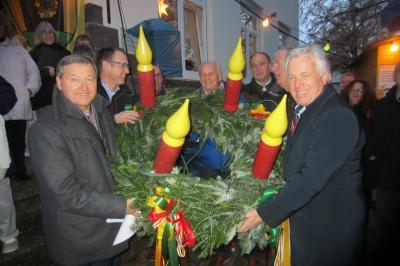 Ein Adventskranz aus Kärnten für Maintal: Übergabe erfolgte durch LAbg. Bürgermeister Herbert Gaggl mit seiner Delegation