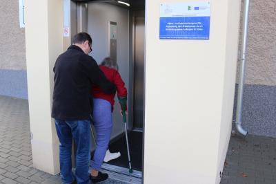Foto zur Meldung: Neuer Fahrstuhl am Calauer Ärztehaus in Betrieb genommen