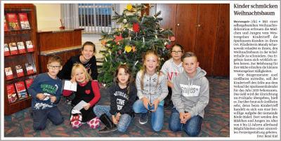 Foto zur Meldung: Kinder schmücken Weihnachtsbaum