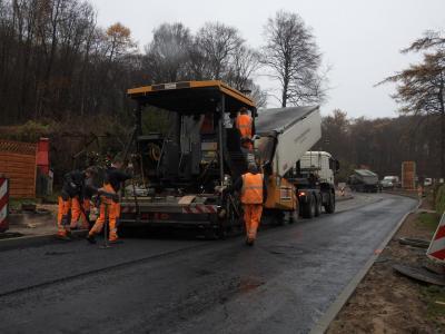 Asphaltierungsarbeiten in der Stubbenkammerstraße (Foto: W. Krentzien)