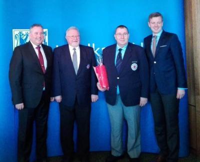 Bild von links: Erster Bürgermeister Stefan Busch, Hans Wolfrum, Ronald Reiser  und Landrat Dr. Oliver Bär